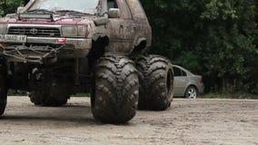 Grande veículo movente de grande-pé completamente nas rodas da lama e da sujeira video estoque