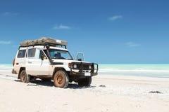 Grande veículo offroad branco na praia fotos de stock