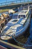 Grande vecchia barca d'acciaio arrugginita Fotografia Stock