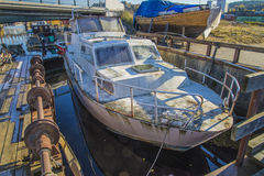 Grande vecchia barca d'acciaio arrugginita Immagini Stock