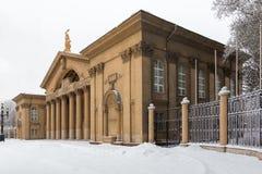 Grande vecchia costruzione con le colonne alte Fotografie Stock