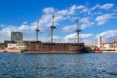 Grande vecchia imbarcazione di legno in porticciolo sulla costa del mar Mediterraneo Fotografia Stock
