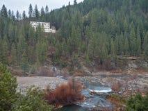 Grande vecchia località di soggiorno sul fiume della piuma Immagini Stock