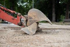 Grande vecchio escavatore meccanico del metallo, escavatore Macchinario di costruzione fotografia stock libera da diritti