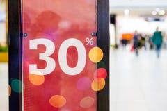 Grande venda 30 fora das letras na coluna da parede do shopping, shopping do bokeh Promoção do shopping vendas de 50 por cento imagem de stock