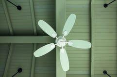 Grande ventilatore da soffitto sotto ricoperto di paglia Fotografie Stock