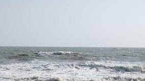 Grande vento tempestoso dell'onda di oceano del movimento lento cattivo, HD pieno video d archivio