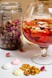 Grande vetro della famiglia con la sangria di estate della frutta, partito Fotografie Stock