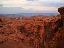 Grande viaggio degli impianti di perforazione lungo un canyon ripido al tramonto Fotografia Stock