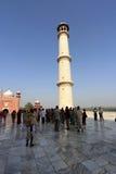 Grande visita do número de pessoas o mausoléu de mármore branco Taj Mahal em Agra, Índia Imagens de Stock Royalty Free