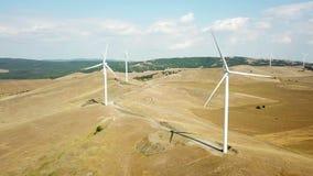 Grande vista aerea del parco eolico archivi video