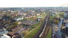 Grande vista aerea della molla della città Stazione ferroviaria archivi video