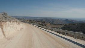 Grande vista da estrada nas montanhas vídeos de arquivo