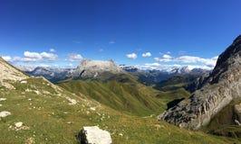 Grande vista da montanha da dolomite e do prado verde/do sassopiatto/para o sul Tirol distintivos em Italia Imagens de Stock