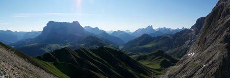 Grande vista da montanha da dolomite e do prado verde/do sassopiatto/para o sul Tirol distintivos em Italia fotos de stock royalty free