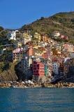 Grande vista dal mare di Riomaggiore, Italia Immagini Stock