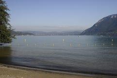Grande vista del lago e delle montagne annecy Fotografie Stock Libere da Diritti