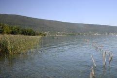 Grande vista del lago e delle montagne annecy Fotografia Stock Libera da Diritti