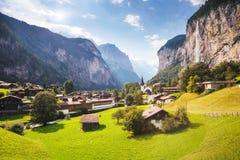 Grande vista del villaggio alpino che emette luce dalla luce solare Svizzero di posizione Fotografia Stock Libera da Diritti