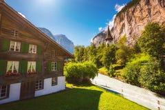 Grande vista del villaggio alpino che emette luce dalla luce solare Svizzero di posizione Immagine Stock
