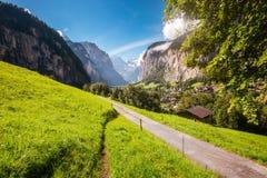 Grande vista del villaggio alpino che emette luce dalla luce solare Svizzero di posizione Immagini Stock