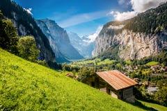 Grande vista del villaggio alpino che emette luce dalla luce solare Svizzero di posizione Fotografie Stock Libere da Diritti