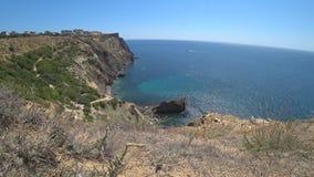 Grande vista della spiaggia dalla scogliera video d archivio