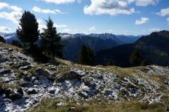 Grande vista delle montagne della dolomia dopo la caduta della neve ed alcune nuvole/verso sud il Tirolo in Italia Immagini Stock