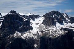 Grande vista delle montagne della dolomia dopo la caduta della neve ed alcune nuvole/verso sud il Tirolo in Italia Fotografia Stock