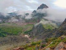 Grande vista delle montagne nella nebbia Immagine Stock Libera da Diritti