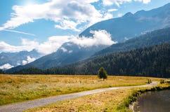 Grande vista dello stagno azzurrato Champfer Alpi svizzere di posizione, Silv Immagine Stock Libera da Diritti
