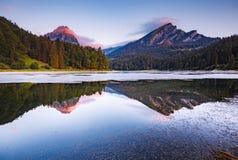 Grande vista dello stagno azzurrato Obersee che emette luce dalla luce solare Locati Fotografia Stock
