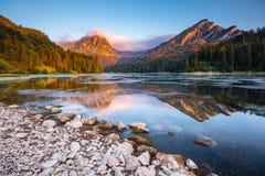 Grande vista dello stagno azzurrato Obersee che emette luce dalla luce solare Locati Immagine Stock Libera da Diritti