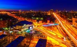 Grande vista di notte della città dalla cima Fotografie Stock