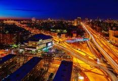 Grande vista di notte della città dalla cima Fotografia Stock