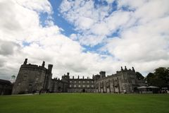 Grande vista do castelo de Kilkenny, Irlanda Foto de Stock Royalty Free