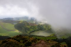 Grande vista do lago na montanha Cena dram?tica e pitoresca Ponta Delgada Sao Miguel Ilha de A?ores imagens de stock royalty free