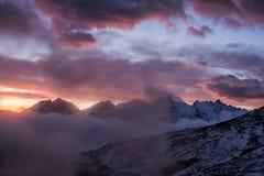 Grande vista do vale nevoento no parque nacional de Gran Paradiso, cumes, Itália, cena dramática, mundo bonito amanhecer colorido foto de stock