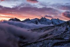 Grande vista do vale nevoento no parque nacional de Gran Paradiso, cumes, Itália, cena dramática, mundo bonito amanhecer colorido imagens de stock royalty free