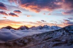 Grande vista do vale nevoento no parque nacional de Gran Paradiso, cumes, Itália, cena dramática, mundo bonito amanhecer colorido imagem de stock