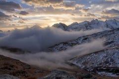 Grande vista do vale nevoento no parque nacional de Gran Paradiso, cumes, Itália, cena dramática, mundo bonito amanhecer colorido imagens de stock