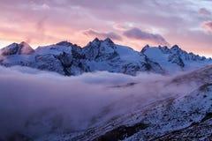 Grande vista do vale nevoento no parque nacional de Gran Paradiso, cumes, Itália, cena dramática, mundo bonito amanhecer colorido fotografia de stock