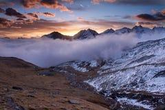 Grande vista do vale nevoento no parque nacional de Gran Paradiso, cumes, Itália, cena dramática, mundo bonito Outono colorido fotos de stock