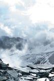 Grande vista dos montes verdes que incandescem pela luz solar Fá do lugar imagem de stock