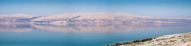 Grande vista panorâmica da praia do Mar Morto no por do sol Imagens de Stock Royalty Free