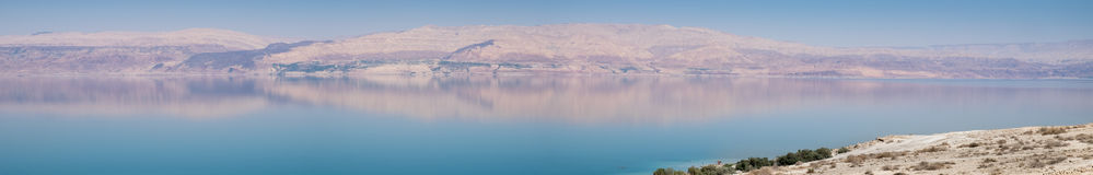 Grande vista panorâmica da praia do Mar Morto no por do sol Fotos de Stock