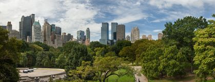 Grande vista panorâmica do Central Park aos arranha-céus de Manhattan no dia ensolarado New York City imagem de stock