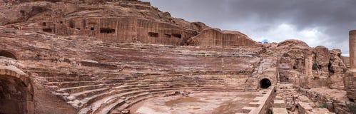 Grande vista panorâmica mesma de Roman Amphitheatre na cidade antiga do reino de Nabatean do árabe de PETRA imagem de stock royalty free