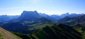 Grande vista panoramica della montagna della dolomia e del prato/verso sud del Tirolo verdi in Italia Fotografie Stock Libere da Diritti
