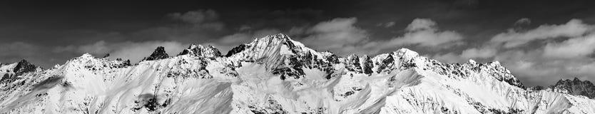 Grande vista panoramica sulle montagne nevose nel giorno soleggiato Fotografia Stock
